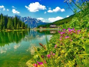 lac au pied d'une montagne